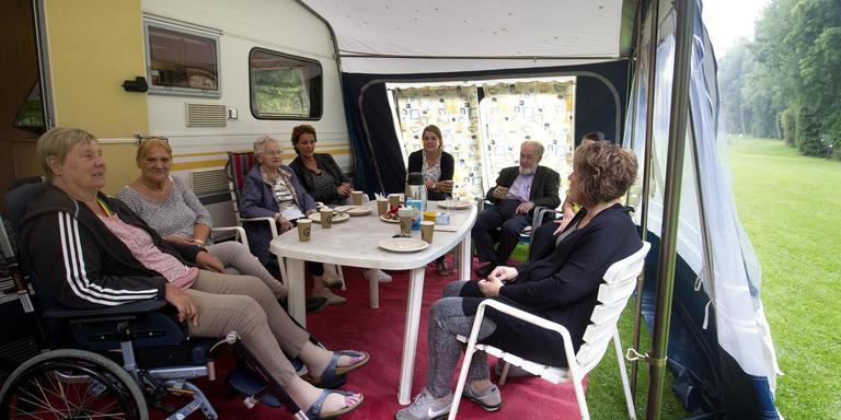 Bewoners en personeel van Parkheem genieten van hun dagje op de camping. Foto Harrie Tielman
