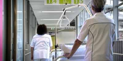Verpleegkundigen in de gangen van het Martiniziekenhuis. Foto Peter Wassing