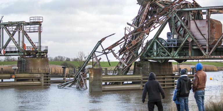 De Friesenbrücke bij het Duitse Weener is eind 2015 geramd door een vrachtschip. Foto: Archief Huisman Media