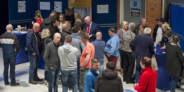 Burgemeester Pieter Smit, met rode stropdas, vertelt omwonenden over de plannen voor het azc. FOTO HUISMAN MEDIA