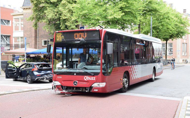Hereplein in Groningen gestremd na aanrijding tussen lijnbus en auto.