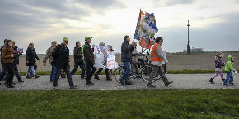 In april 2017 protesteerden de Warffumers tegen de gaswinning. Zonder resultaat: dinsdag proberen ze de NAM-locatie bij hun dorp alsnog dicht te krijgen via de rechter. Foto Archief Jan Zeeman