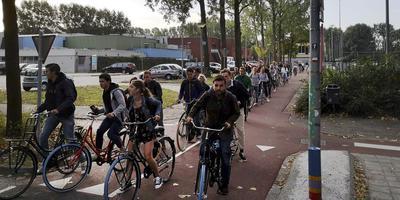 De beruchte studentenfietsersfile bij het kruispunt van de 'Zernike Route' en de Eikenlaan. Foto Coen Berkhout