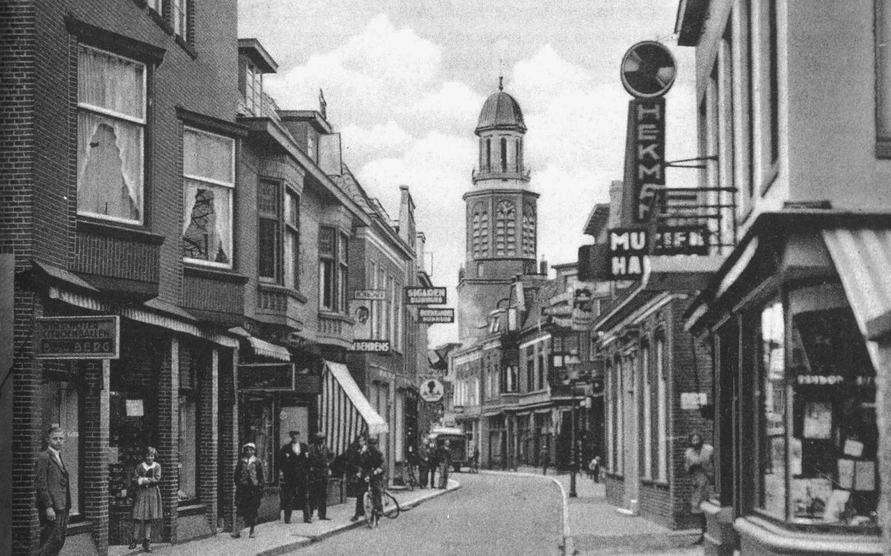De Torenstraat in Winschoten, in de jaren voor de oorlog. Links de winkel van Van Berg.  Foto Archief Stichting Oud-Winschoten