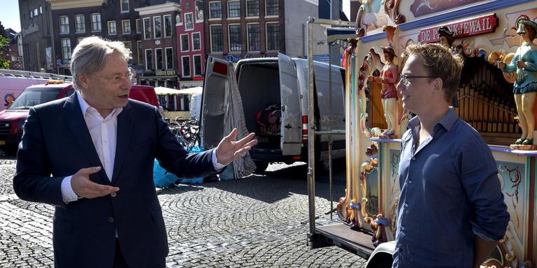 Burgemeester Peter den Oudsten (links) praat met Joris ten Have bij het stadsorgel Pronkjewail. Den Oudsten wordt waarnemend burgemeester van de fusiegemeente Groningen, Haren en Ten Boer. Foto: Archief DvhN/Peter Wassing