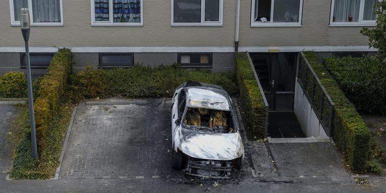 Een uitgebrande auto in de Ferdinand Bolstraat in Hoogezand. Foto: Archief DvhN/Jan Zeeman