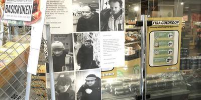 Bij Jumbo aan de Oosterstraat hangen foto's van mensen die er proletarisch winkelden. FOTO DUNCAN WIJTING