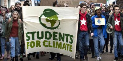 Studenten protesteren op de Grote Markt in Groningen voor een beter klimaatbeleid. Foto Peter Wassing