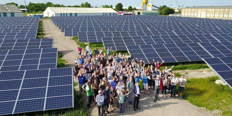 Leden van Grunneger Power bij hun zonnepanelen op zonnepark Vierverlaten in Groningen. Grunneger Power/Henk Tammens?