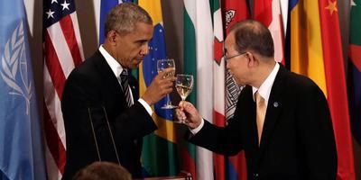 De Amerikaanse president Barack Obama en de secretaris-generaal Ban Ki-moon van de VN proosten tijdens een VN-vergadering in 2016. FOTO EPA