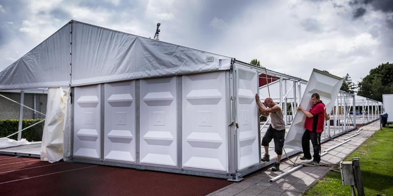 De opbouw van het tentenkamp voor studenten, die inmiddels weer wordt afgebroken. Foto: Siese Veenstra