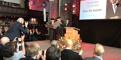 Ban Ki-moon bekijkt zijn net ontvangen eredoctoraat in de Martinikerk. FOTO MATTHIJS SORGDRAGER