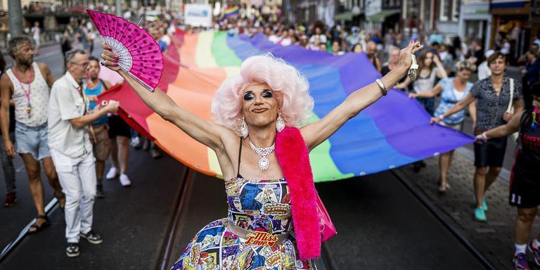 In veel andere steden is Roze Zaterdag, hier tijdens EuroPride in Amsterdam, uitgegroeid tot een jaarlijks terugkerend evenement, in Groningen is de traditie in het slop geraakt. De gemeente kijkt of het 'diversiteitsfeestje' nieuw leven kan worden ingeblazen. Foto Archief ANP