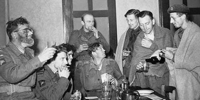 Jan Linzel (tweede van links) na de operatie Market Garden in september 1944. Foto: Imperial War Museum.