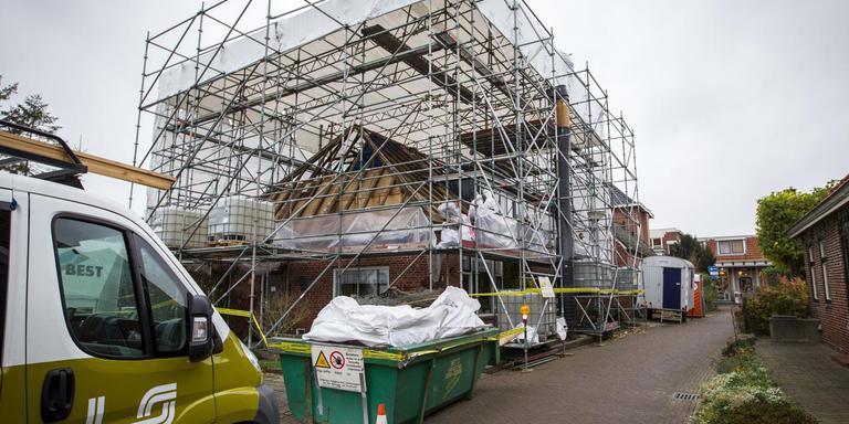 Herstelwerkzaamheden aan een woning in de Middenstraat in Loppersum. Foto: Archief Huisman Media