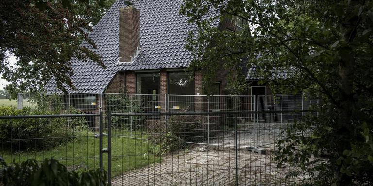De huizen die moeten wijken voor de verhoging van de zeedijk worden al een tijdje niet meer bewoond. Foto: Jan Zeeman