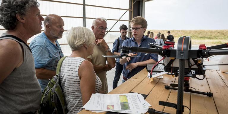 Wilco Stollenga van Agrifly geeft uitleg over het gebruik van drones in de landbouw op de boerderij van Geert Jan Duisterwinkel in Vierhuizen. Foto Geert Job Sevink