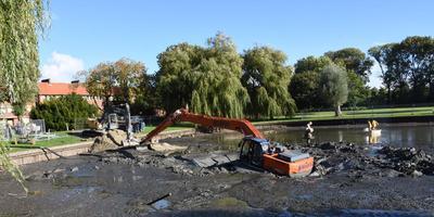 De kraanwagen in de modder. Foto 112groningen