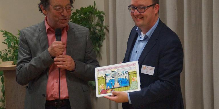 Tekenaar Theo van den Boogaard (links) heeft Rowin Penning van het NNTTM een voor de gelegenheid gemaakte illustratie overhandigd.