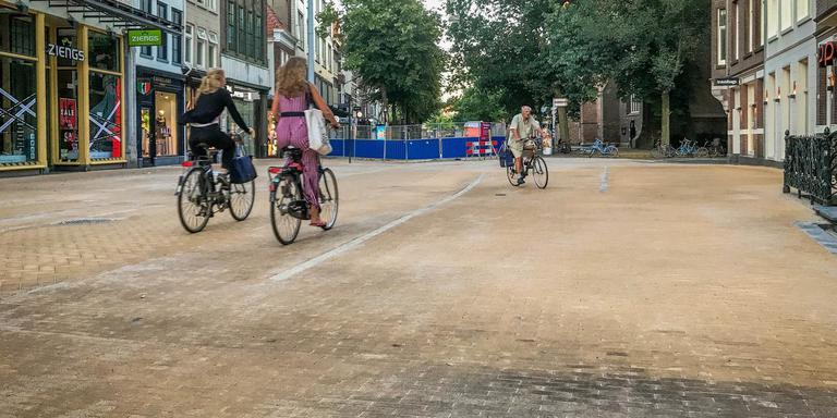 De gele steentjes in de Brugstraat in Groningen worden snel geel.