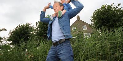 Regisseur Steven de Jong met zijn zoon Rens die een rol gaat spelen in de serie over Grutte Pier. FOTO SIMON BLEEKER