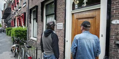 Twee wachtenden voor de deur van Open Hof. Foto archief Peter Wassing