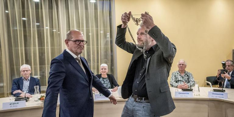 Hans Engels (links) krijgt de ambtsketen overhandigd door locoburgemeester Bé Schollema. Foto: Geert Job Sevink