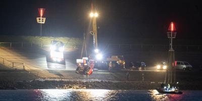 Uit het water van de Eemshaven is zondagavond een rode auto gehaald. Stichting Signi Speurhonden had deze 's middags gevonden. Foto: ProNews