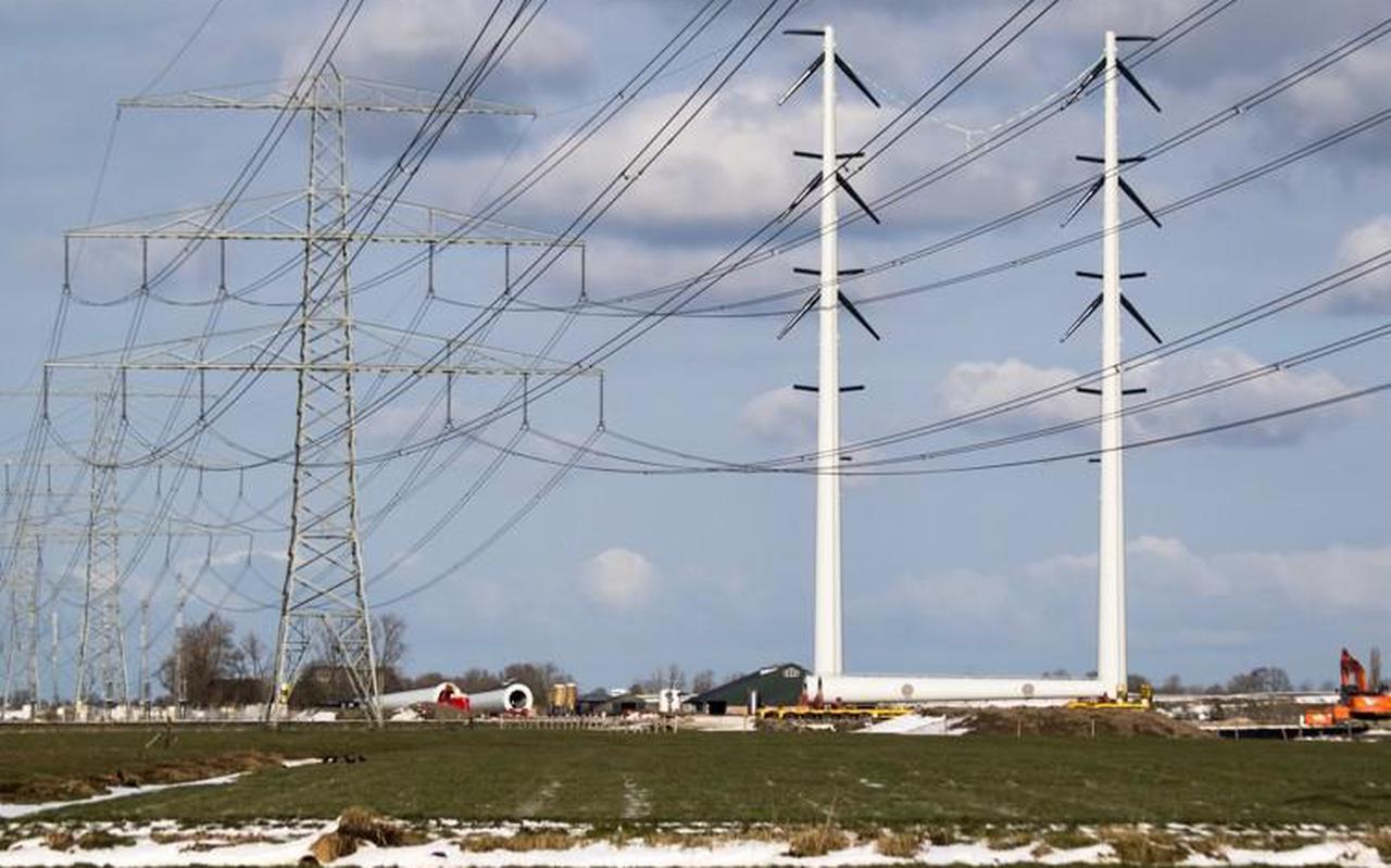De nieuwe 380 kV hoogspanningslijn tussen Vierverlaten en de Eemshaven, in de winter in aanbouw bij Aduard.