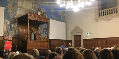 Auke Hulst en Mathijs Sanders in gesprek in de aula van het Academiegebouw. Foto: DvhN/Thijs Fens