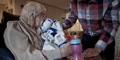 Een zorgrobot als vriendje. Foto: Mark van der Zouw