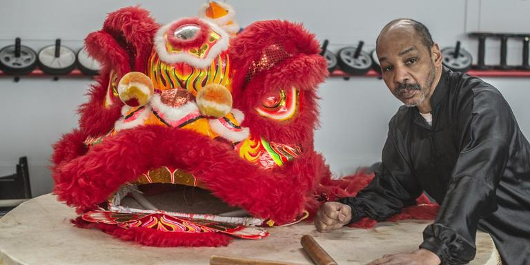 Eigenaar Earl Blijd van sportcentrum Bao Trieu in Groningen verdiept zich al van kinds af aan in de Chinese cultuur. foto Duncan Wijting