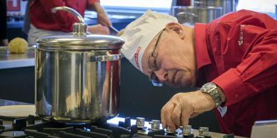 De oudste deelnemer van het snertveld, Henk Burnen, maakt voor de eerste keer wedstrijdsoep. Foto Jan Willem van Vliet