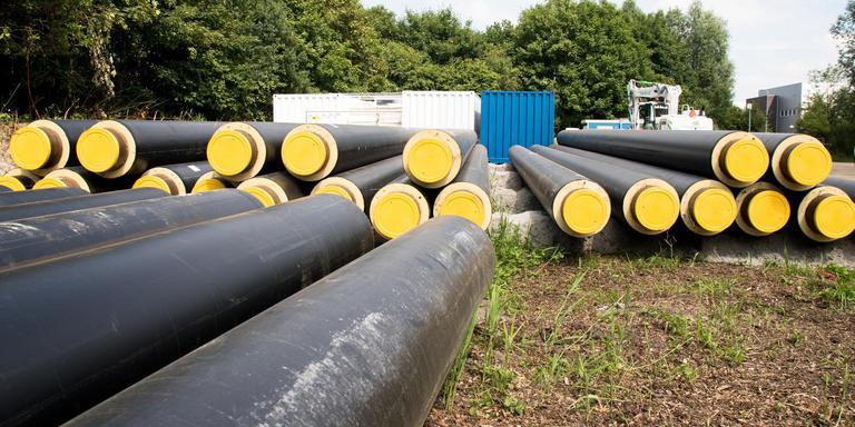 Deze buizen voor het eerste deel van het Warmtenet Noordwest in Groningen, lagen in de zomer van 2017 klaar. Het net is gewoon aangelegd, ondanks het stoppen met geothermie. Het warmtenet wordt voorlopig tijdelijk met aardgas verwarmd in afwachting van een duurzame oplossing. Foto Archief DvhN