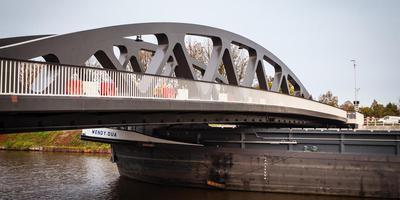 De Wendy Dua ligt klem onder de brug over het Van Starkenborghkanaal bij Noordhorn. Foto: DvhN/Matthijs Sorgdrager