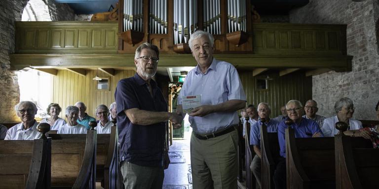 Musicus Peter Siebesma overhandigt eerste cd met orgelbewerkingen van liedjes van Ede Staal aan Peter Breukink (rechts), directeur Stichting Oude Groninger Kerken. foto archief dvhn