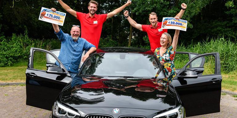 Mieke en Jep met geldprijzen en de BMW. Foto: Roy Beusker