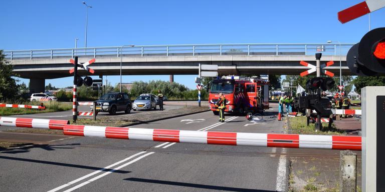 Rechts in de berm staat de auto die geraakt is. Foto: De Vries Media
