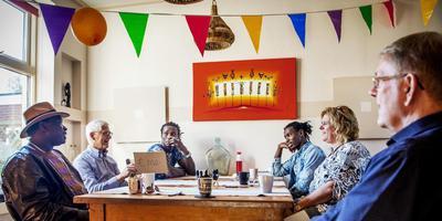 De overhandiging van de cheque in Bedum. Van links naar rechts: Cheikh Ibra Fall, APBB-penningmeester Harry Hoving, Pape Matar, Ibralo, Mieke Harms en APBB-voorzitter Henk van der Velde. Foto: Corné Sparidaens.