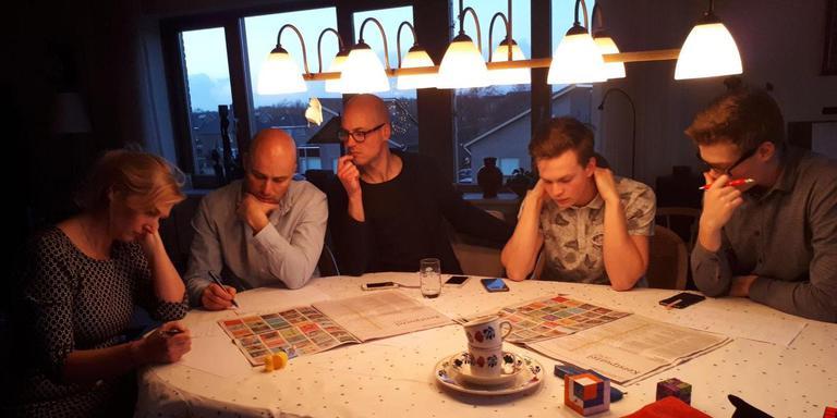 De Dr. Denker kerstpuzzel houdt mensen nog steeds flink bezig. Foto: Tanja Nutbroek