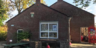Het schoolgebouw De Holm in Den Andel werd gebouwd in 1950. In 2015 fuseerde de school met obs Mathenesse in Rasquert waardoor dit gebouw leeg kwam te staan.