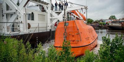 Een van de oranje reddingsboten gaat te water in de Finse Haven. Foto Corné Sparidaens