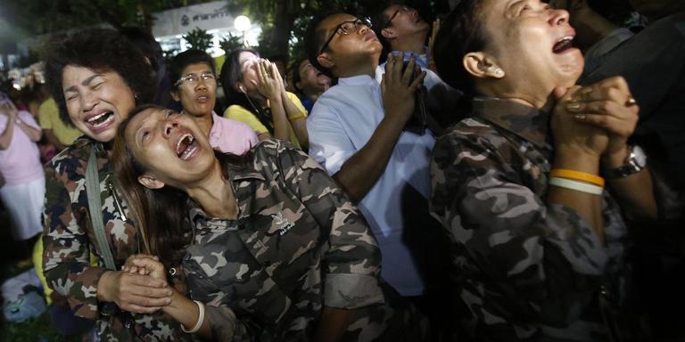 Thai huilen om de dood van koning Bhumibol.