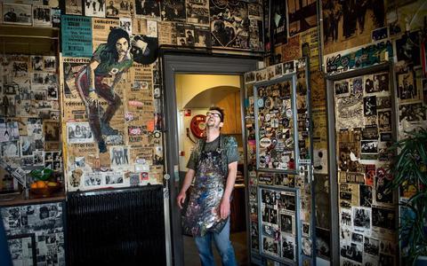 Zeefdrukker Willem Kolvoort maakte 500 posters voor poppodium Vera in Groningen