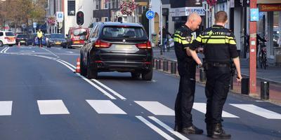 Agenten op de plek van de aanrijding op de Verlengde Hereweg. Foto: De Vries Media