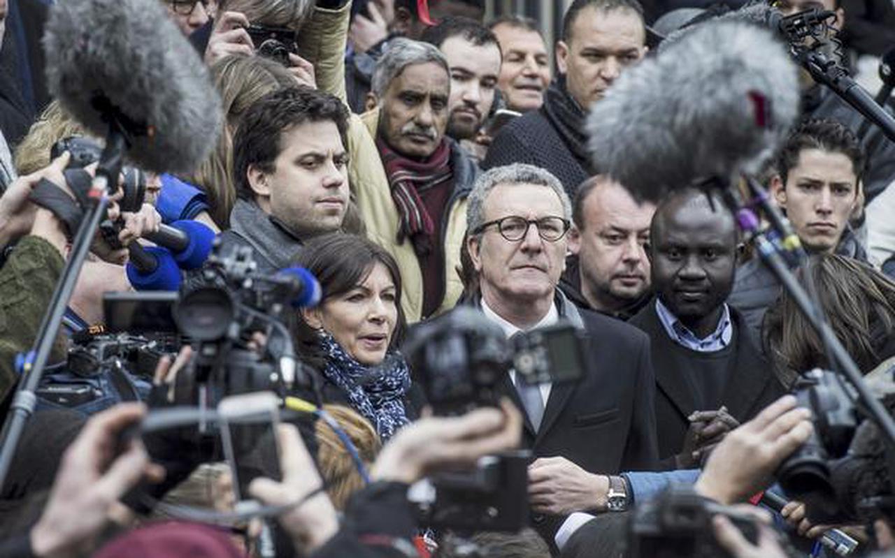Burgemeester Yvan Mayeur van Brussel spreekt mensen toe die zich hebben verzameld op het Beursplein.