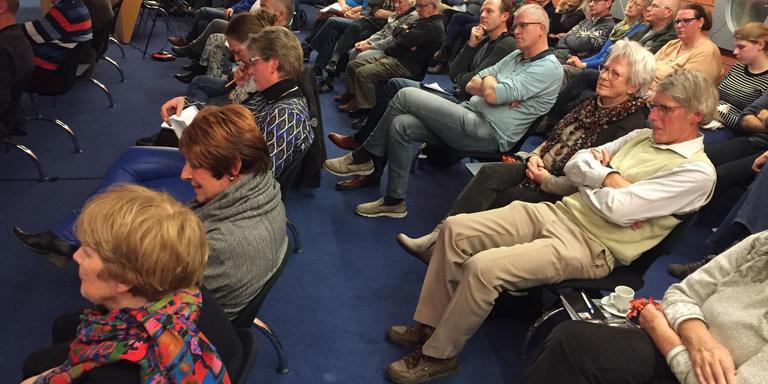 De publieke tribune was flink gevuld tijdens de inspraakavond over de aanleg van de mountainbike-baan in de raadszaal van Zuidhorn. Foto DvhN