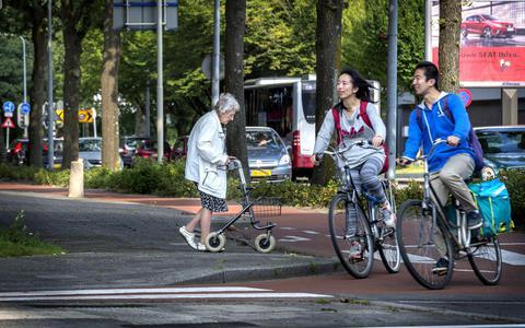 Studenten en ouderen leven in de Groningse wijk Paddepoel vaak langs elkaar heen. Foto Peter Wassing