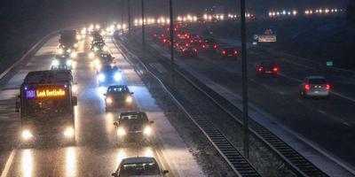 Langzaam rijdend verkeer opp de A7 bij Leek. Foto: ProNews