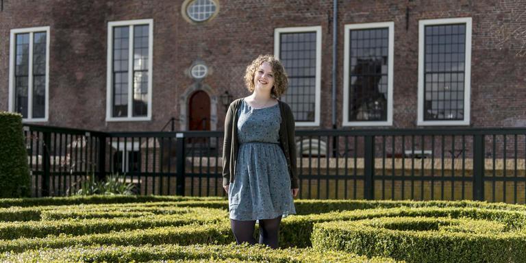 """Sanne Meijer poseert in de Prinsentuin. """"Het is een oase van groen en stilte middenin de stad. Je loopt er maar zo voorbij, toch?"""" Foto Geert Job Sevink"""